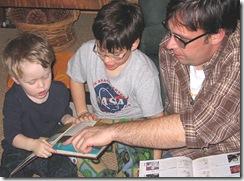 Père faisant lire ses enfants